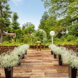 2016年に新しく誕生した中庭のウッドデッキ。「楓の間」に隣接するデッキ部分では人前式やウエルカムパーティも。軽井沢らしい爽やかな演出が叶います。
