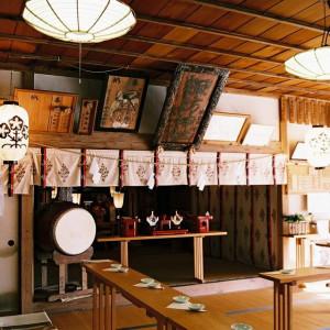 軽井沢に佇む由緒ある「諏訪神社」。樹齢100年を超える大樹が見守る中、厳かに三三九度の盃を交わして|万平ホテルの写真(539542)