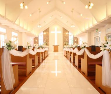 自然光と十字架が眩い光を放つ最上階のチャペル、 花嫁のウエディングドレスの白さを眩しく演出します。