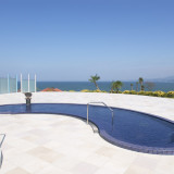 ホテルに隣接する温泉館「ペルラの湯舟」には海を一望する露天風呂も備え開放的な気分を味わえる