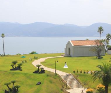 さえぎるものが何もない緑のガーデンからは天草の美しい海の眺望が広がり様々な演出が可能。