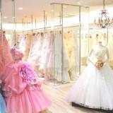 併設のドレスショップには常時200着以上の豊富で上質なドレスが展示されている。