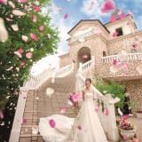 四季折々の花が彩る『セント・ヴェルジェ教会』。挙式後はこの大階段がふたりの花道!両サイドに並ぶゲストからの祝福を一身に受けて