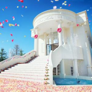 ガーデンへと続く大階段でフラワーシャワーやバルーンリリースなど盛大なアフターセレモニーを。花嫁が夢見たシーンを華麗に叶える大聖堂では、バージンロードもより花嫁を引き立てる|ROSA FELICEの写真(317744)