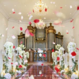 扉を開けた瞬間、目に飛び込んでくるのはバラを敷き詰めたガラスのバージンロード。花嫁はもちろん、招かれたゲストも魅了!|ROSA FELICEの写真(1834885)