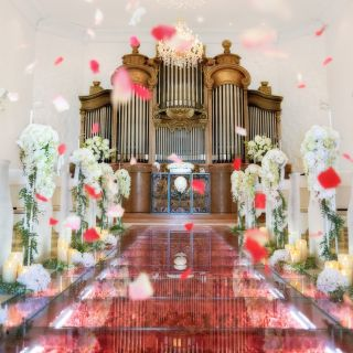 【特典付♪Wドレスが映えるチャペル】バラのバージンロード体験ツアー ☆