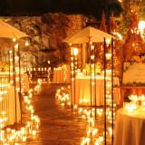 邸宅全体が幻想的な光に包まれる夜ウエディングも素敵