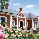 閑静な自然を背景に建てられた贅沢な木造平屋建て、赤白の英国レンガで造られたこだわりの英国邸宅「アルバート邸」