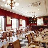 パリのカフェのような雰囲気の来賓・友人専用の控室。テラス席からは大観覧車も望める。
