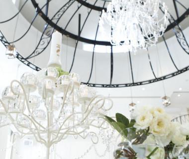 高い天井に吊るされた大きなアイアン装飾と大きなシャンデリアは圧巻。