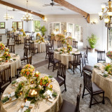 天井が高くガーデン側には大きな窓がたくさんある開放感溢れるバンケット。落ち着いた色使いなのでテーブルクロスや花の色を変えてコーディネイト次第では大人っぽい雰囲気にも。