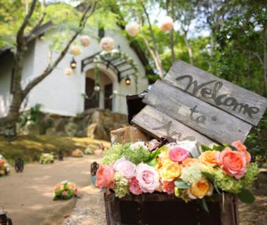 森の中のかわいいチャペル。式後は小道を使ってフラワーシャワーやシャボン玉の祝福も大人気の演出です。