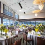 瀬戸内海を眺望する開放的なバンケット「TheVilla1st」各卓1名の担当者によるサービスでお料理やドリンク、大切なゲストへのおもてなしも安心!