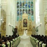 天井の高い白亜の大聖堂内で響く、「はい、誓います。」 ホンモノのステンドグラスから差し込む光がおふたりを、 皆さまを感動の世界に誘います