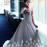 専門のスタッフがあなたの素敵な一日のためのドレス選びをお手伝いします。あなたの「最高キレイ」を叶えるために。