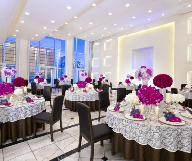 広く白い会場「アクア」。どんなコーディネートでも映える空間はおふたり色に染上げることが可能。ゲストハウスならではの自由な空間を楽しんで。