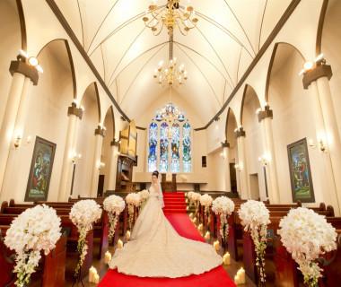長さ10メートルの真紅のヴァージンロードには、花嫁のロングトレーンのドレスが美しく煌びやかに映えることでしょう。