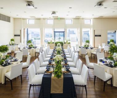 披露宴会場は最大100名様まで収容可能。 様々なレイアウトでいろいろな人数帯のご披露宴に対応できる