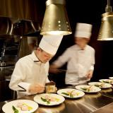 会場はオープンキッチン付き。お料理が絶妙のタイミングで運ばれる