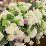 白い装花で爽やかなイメージに。