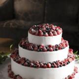 たくさんのベリーを使ったウエディングケーキ。お好みのフルーツをたっぷりのせてオリジナルケーキにするのもおすすめ。