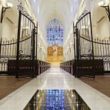 重工なアイアンゲートの先には、1800年代に制作されたアンティークの本物のステンドグラスが。■ザ・グランスイート
