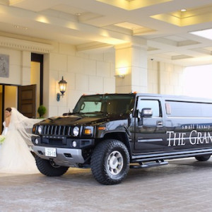 非日常をとことん追求するアイテムの一つ、リムジンハマー。専用の運転手がお2人を、特別な一日へご案内致します。 ■ザ・グランスィート|ザ・グランスイート (-small luxury resort- THE GRAN SUITE)の写真(306400)