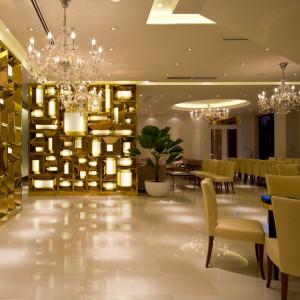 ゴールドの光壁とシャンデリアが上品な雰囲気の「カーサ・ディ・オードリー」専用ロビー ヴィラ・グランディス ウェディングリゾート 福井の写真(1432836)