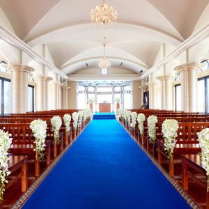 正統派の青いバージンロードは凛とした花嫁姿を演出してくれます|ヴィラ・グランディス ウェディングリゾート 福井の写真(1426590)