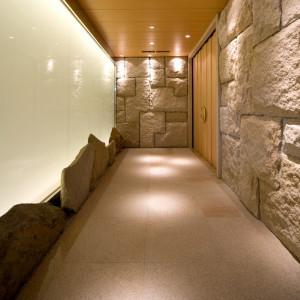 神殿へと続く長い回廊。扉を開けると幻想的な空間が広がる。 ヴィラ・グランディス ウェディングリゾート 福井の写真(1432837)