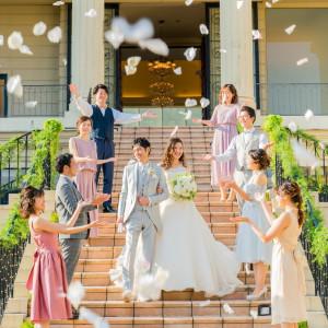 大階段を使ったフラワーシャワーでみんなからの祝福を|ヴィラ・グランディス ウェディングリゾート 福井の写真(10804907)