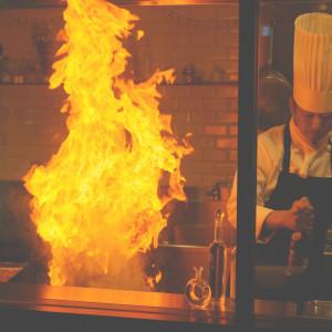【料理UP特典】ライブ調理に歓声!シェフ自慢の無料試食
