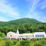 藻岩山の大自然に囲まれたプライベート感が魅力の白亜の教会。