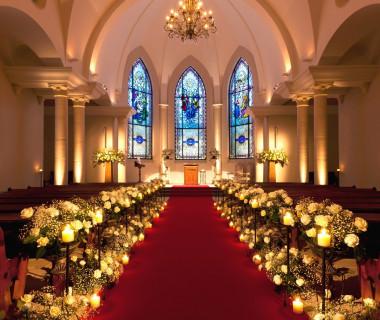 9mの天井高と15mのウェディングロードを誇る広々とした大礼拝堂