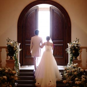 礼拝堂の大扉が開くとそこは自然光による光の世界。まるで二人が光の中に溶け込んでいくようなシーンに。|ローズガーデンクライスト教会の写真(2157269)