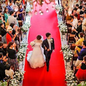 たくさんのゲストに祝福される新郎新婦のふたり。ローズガーデンでは、ふたりのみ(ゲスト無し)の挙式から、最大130名のゲストまでの挙式が可能です。|ローズガーデンクライスト教会の写真(2157267)