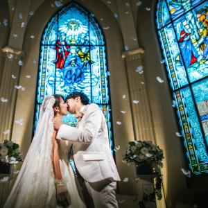 誓いのキスシーンはふたりの希望に合わせて素敵な演出もご用意☆|ローズガーデンクライスト教会の写真(2157266)