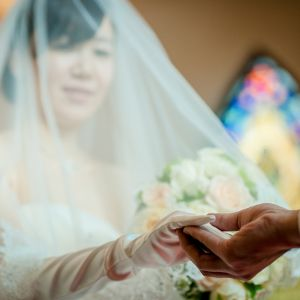 新郎新婦の一生に一度の誓いが、荘厳な雰囲気漂うチャペルで叶う。|ローズガーデンクライスト教会の写真(2157272)