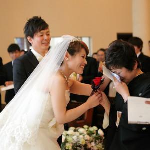 ご両親にとっても大切な結婚式の一日。牧師先生が織りなす、愛あふれるローズガーデンの挙式に、思わず涙を浮かべるご両親も多い。|ローズガーデンクライスト教会の写真(2157255)