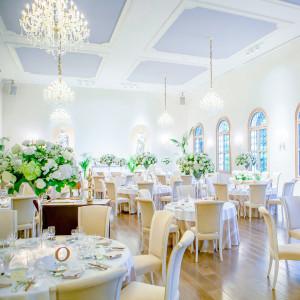 寛ぎながら美食を味わえる。食事を楽しむための優雅なメインパーティ|ローズガーデンクライスト教会の写真(2125802)