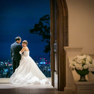 夜の結婚式は、札幌を一望のロマンチックな夜景と共に。|ローズガーデンクライスト教会の写真(2157254)