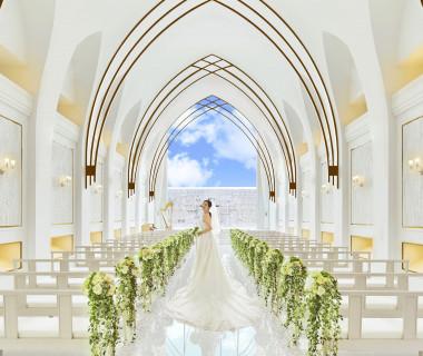 暖かな色合いに自然光が降り注ぎ、花嫁はより一層きれいに…