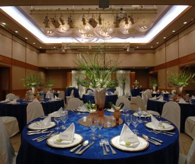 メイン会場の「光輪の間」130名まで収容可能。シャンデリアの優雅な光が美しい、あたたかみのあるスペース