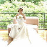 緑に映える純白のウエディングドレス