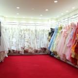 衣裳選びは打ち合わせの際にそのまま館内にあるドレスルームでじっくりご覧いただけます。ウェディングドレス・カラードレスと、取り寄せ衣装の手配も可能なので100着以上ご用意!