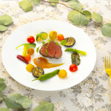 彩り鮮やかなシェフ自慢のメインディッシュ ゲスト様から大人気の一品。 お口の中でとろけるお料理をお楽しみください。