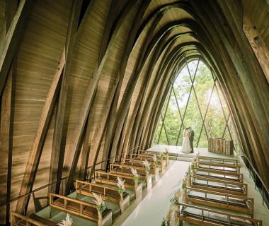 木造独立型のチャペルは天高10m。自然光が降り注ぎ、木のぬくもりを感じるでの挙式は圧巻!