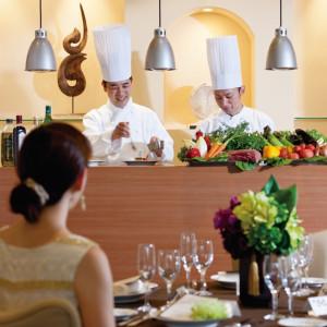 会場内のオープンキッチンからは出来立てのお料理をご用意しています ブランヴェールアベニュー熊本の写真(265375)