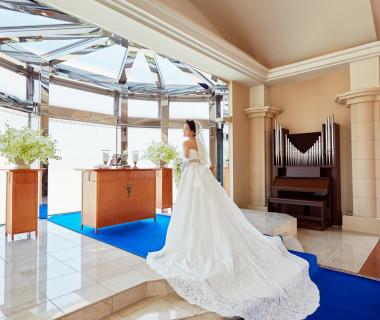 光と水と緑の厳かなチャペル。 バージンロードに敷かれたロイヤルブルーのカーペットが、新婦様を高貴な雰囲気へと変えてくれます。