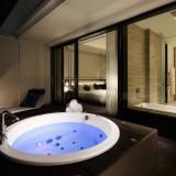テラスジャグジーを備えた客室は、新郎新婦様の宿泊に大人気!キング・サイズベットのセミスイート・ルームです